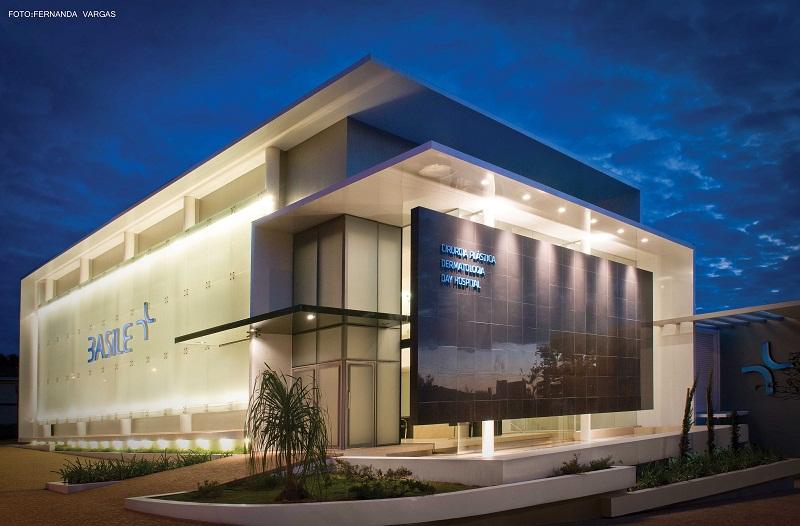 Fachada de clinica la fachada combina el aluminio negro - Fachadas clinicas dentales ...